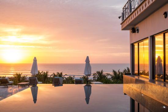 Les Alizes Beach Resort: La piscine au coucher du soleil. Crédit photo : Cécile Muzart.