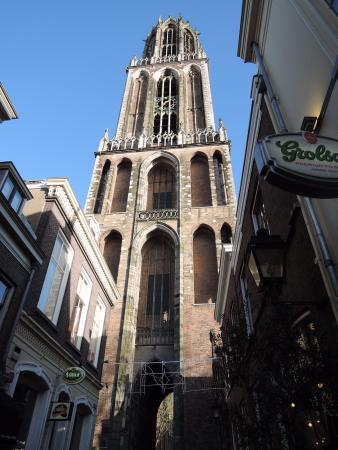 Dom Tower: 下から見上げると