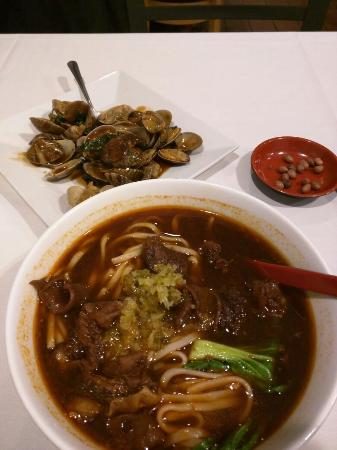 Лексингтон, Массачусетс: wine offerings at table, beef noodle + basil clams, superfast free wifi