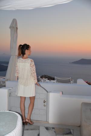 Iliovasilema Suites: La terrasse devant notre chambre au soleil couchant - juillet 2015