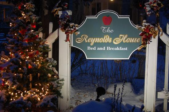 ‪‪Reynolds House Bed and Breakfast‬: Our sign with some fresh snow‬