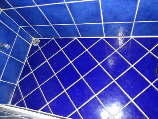 Hotel Verde Mar: REALLY slippery floor.