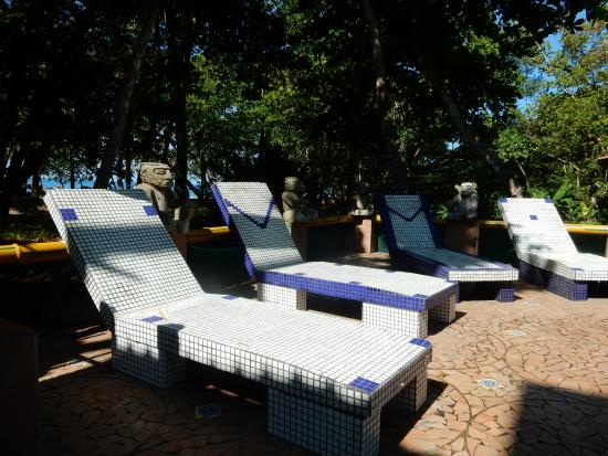 Hotel Verde Mar: Impossible to lie on cement pool chairs.