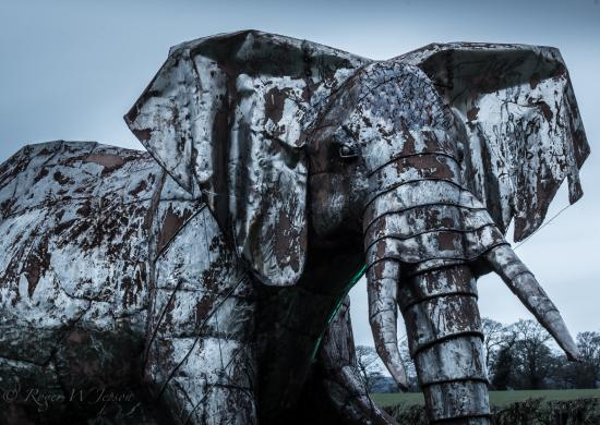 Oswestry, UK: Just one of the many amazing sculptures in the grounds.