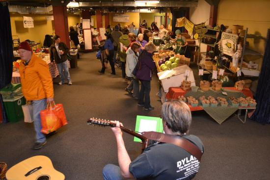 Schenectady, Нью-Йорк: Music and shopping on the lower level at Proctors during the Winter Market