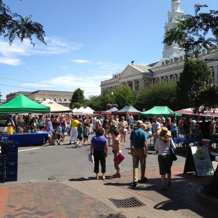 Schenectady, Нью-Йорк: Summer Market outside City Hall