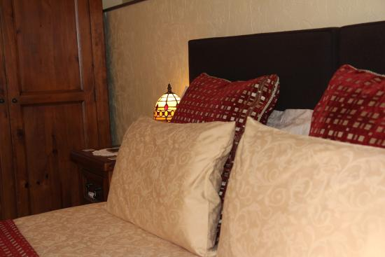 North Ballachulish, UK: sumptious bedding perfect to relax highland view b&b glencoe