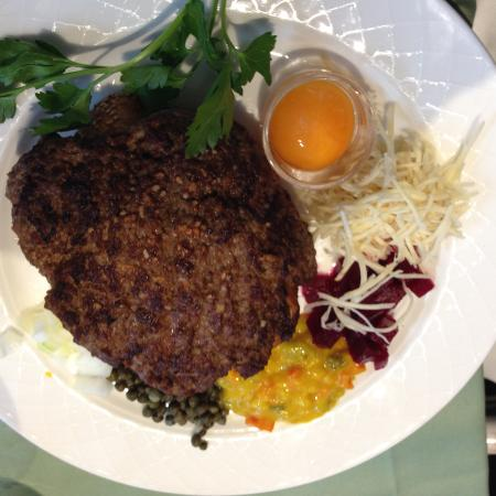Jyderup, Dinamarca: pariserbeuf - fine steak with salad and egg yolk