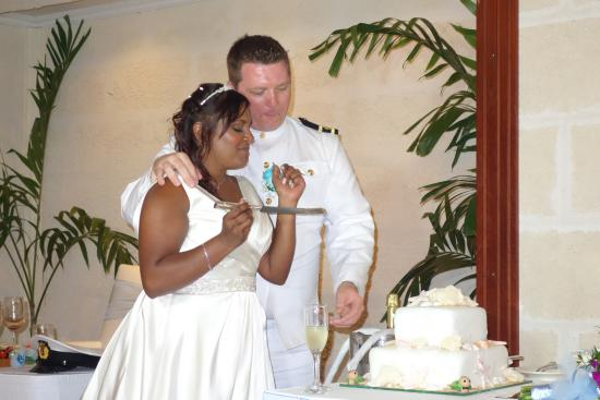 Holetown, Barbados: Bride and Groom cutting thier cake