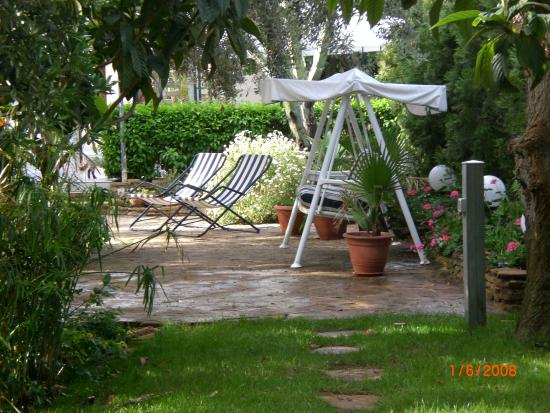 Giardino con tavolo sedie dondolo e strai picture of solaris