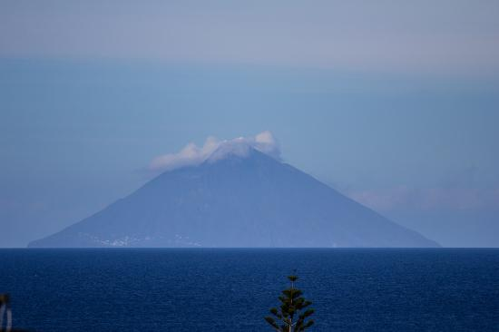 Santa Marina Salina, Italia: Stromboli da una delle nostre camere