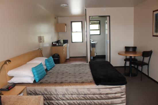 Broadway Motel: room