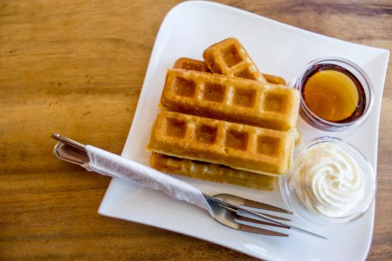 Glenwood Springs Inn: Fresh waffles served each day!!!!