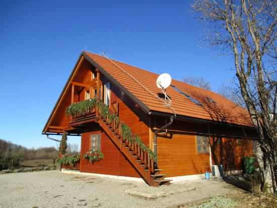 Rakovica, Croazia: UNO DEI DUE CHALET, QUELLO SULLA COLLINA
