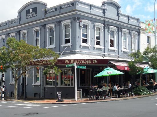Devonport, Nya Zeeland: On the Corner in the Middle of Town....