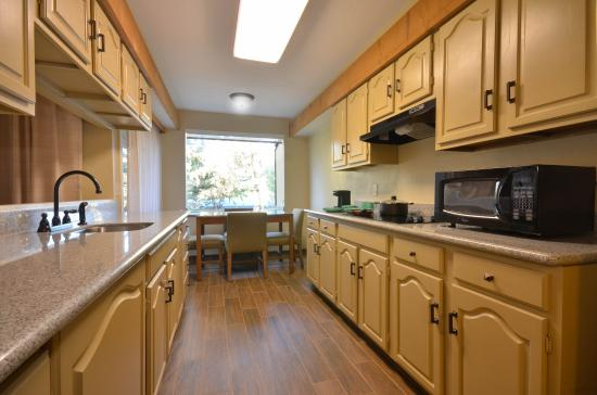BEST WESTERN The Inn & Suites Pacific Grove: Kitchenette in King Suite