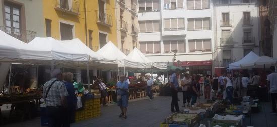 al fondo de la plaza del mercado de Barbastro está la Jijonenca.