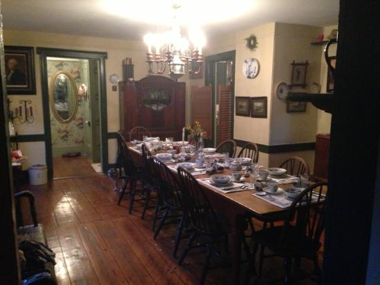 Captain Schoonmaker's Bed and Breakfast: Historic 1760 Dining room