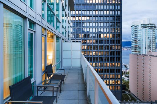 Coast Coal Harbour Hotel: Premium King with Balcony