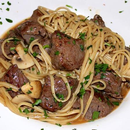 ‪‪Essex‬, نيويورك: Angus filet tips Marsala over linguini‬