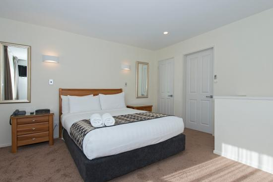 Best Western Ellerslie Ellerslie International: Master Bedroom in Family suite
