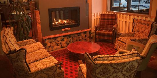 Paraparaumu, Nieuw-Zeeland: Sit by the fire at The Woodshed