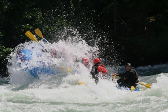 Fraser River Rafting: Punching through 'Lose Yer Lunch' on the Nahatlatch river!
