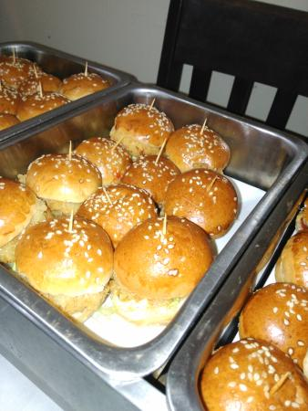 Jungle Cafe: mini burger for happy birthday party