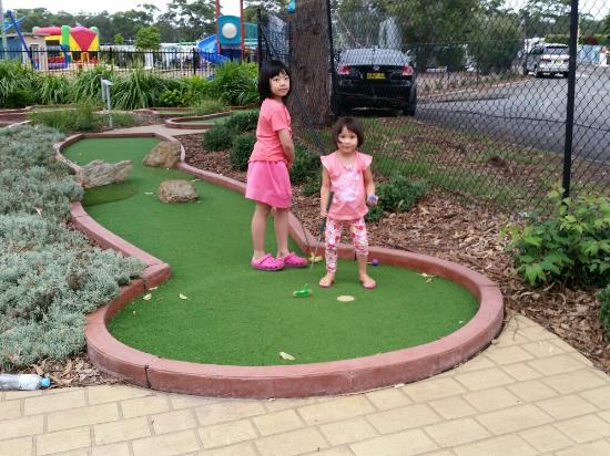 Currarong, Австралия: Beautifully shaped minigolf keeping the kids entertained