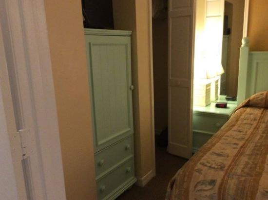 Plantation Island: Bedroom closets