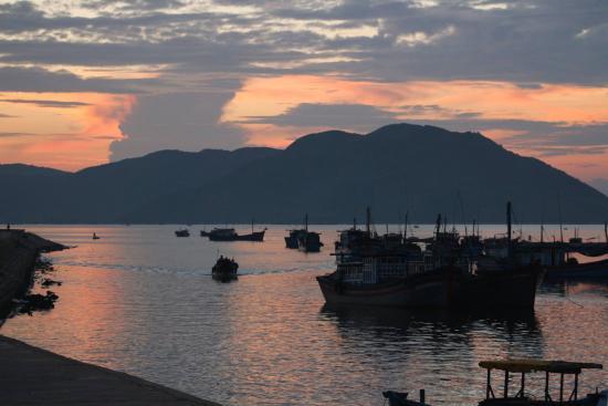 Song Cau Town, Wietnam: bình minh trên Vinh Xuân Dài
