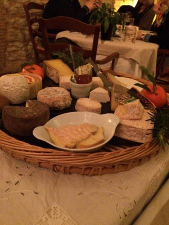 Issigeac, ฝรั่งเศส: Le plateau de fromages et le baba au rhum