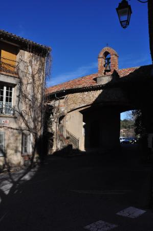 Tourtour, França: At the round about of the village