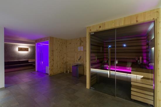 Zona wellness con bagno turco e sauna finlandese bild von