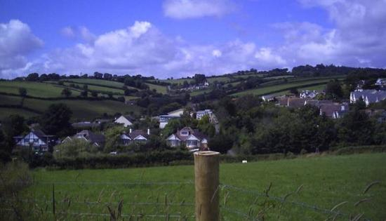 Higher Holcombe Farm Holiday Cottages: View from Holcombe back to farm.