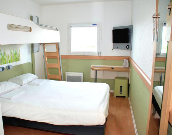 Chambre triple picture of ibis budget flers sud flers for Chambre ibis budget