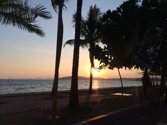 Krabi Success Beach Resort: ภาพถ่ายหน้าโรงแรม ช่วงพระอาทิตย์กำลังจะตกดิน
