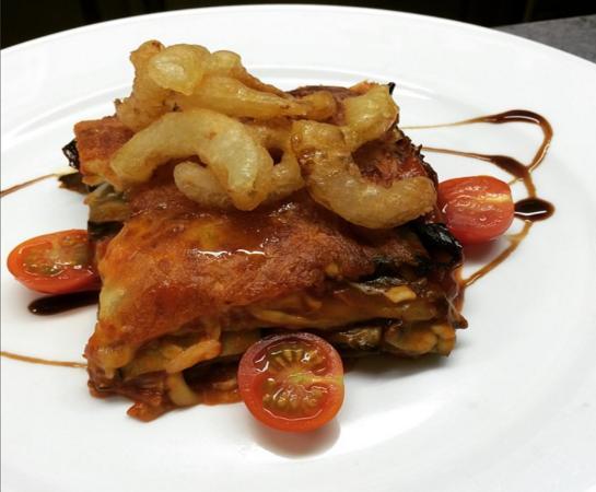 Mar Cuatro: Lasaña vegetal con tempura de cebolla