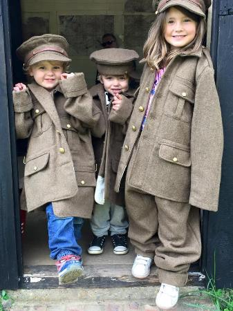 Chalfont St. Giles, UK: Children dressing up at Chiltern Open Air Museum