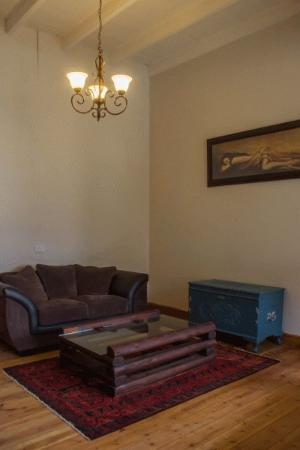 Ladismith, Sudáfrica: Living room with DSTV and inside braai