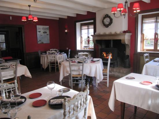 Bourgvilain, France : salle de restaurant avec cheminée