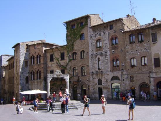 Fattoria Abbazia Monte Oliveto: San Gimignano - Piazza della Cisterna