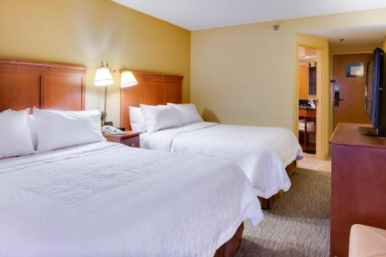 Hampton Inn Pittsburgh / Greentree: 2 Queen Bed Guestroom