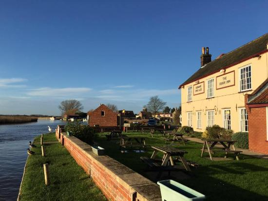 Stokesby, UK: The view of the River Bure and The Ferry Inn