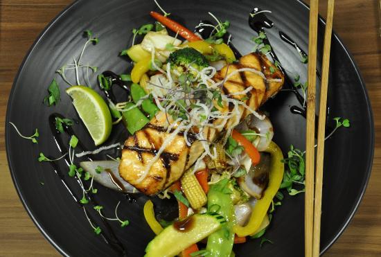 Drummondville, Канада: Notre saumon poêlé accompagné d'un sauté de légumes, un pur délice!