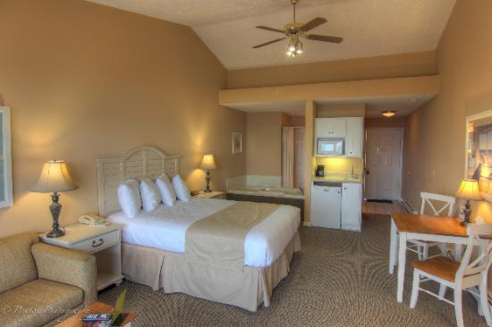 Pointes North Beachfront Resort Hotel: King Room