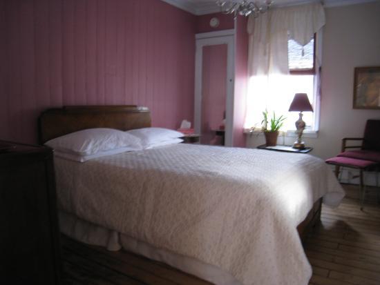 Gite Au Beau Milieu: Chambre à l'étage, salle de bain attenante et partagée