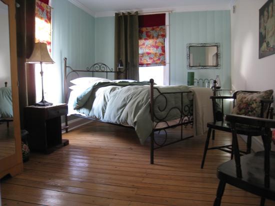 Gite Au Beau Milieu: Chambre à l'étage, salle de bain partagée
