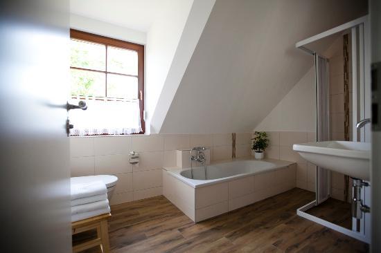 Bad Zimmer Tenne - Pension Alte Schmiede Zabeltitz - Bild von ...