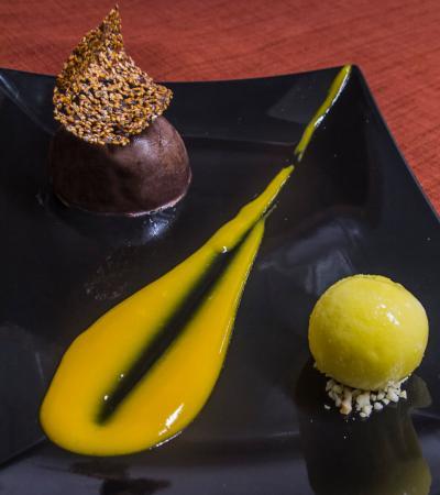 Le Poelon : le dome chocolat Kalingo, mangue et sorbet kalamansi